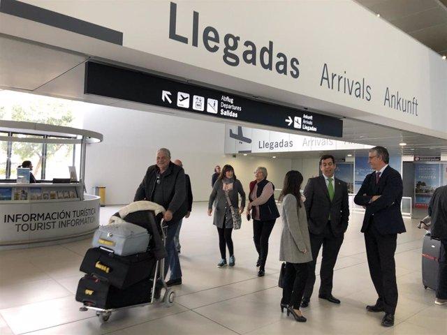 Marina Munuera, directora general de Movilidad y Litoral de la Comunidad; junto con el consejero de Fomento e Infraestructuras, José Ramón Díez de Revenga, y el director del Aeropuerto Internacional Región de Murcia, Mariano Menor
