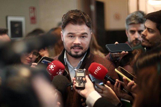 El portavoz de Esquerra Republicana (ERC), Gabriel Rufián, atiende a los medios de comuniación