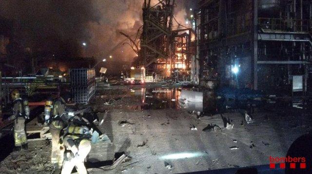 Bombers de la Generalitat trabajan en la extinción de un incendio en una empresa química de La Canonja (Tarragona)