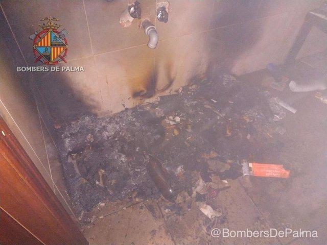 Restos de una hoguera encendida por unos 'okupas' en un local de Palma.