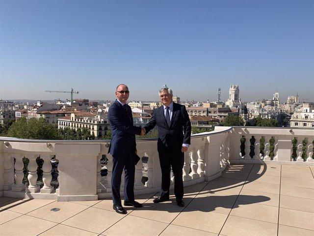 José Luis Jiménez, director general del área corporativa de inversiones de Mapfre, (izquierda), y Santiago Satrústegui, presidente de Abante (derecha) en el anuncio de su alianza estratégica