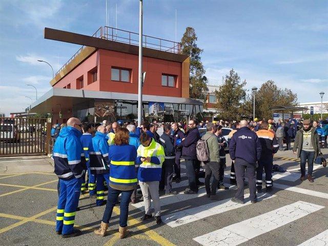 Mpleados de Basf se concentran en un paro de 30 minutos por las víctimas de la explosión en el polígono de La Canonja (Tarragona)
