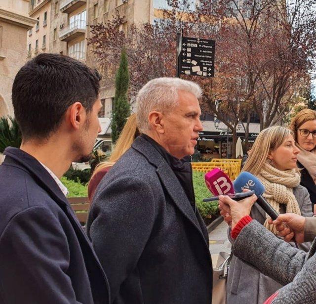 El diputado de El PI, Josep Melià, atiende a los medios.