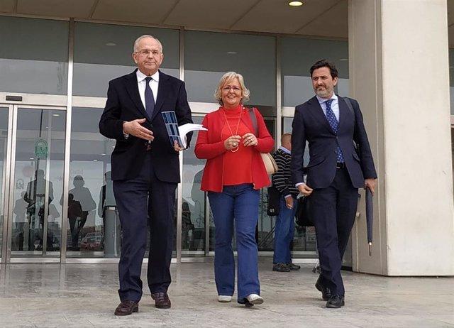 La edil del PP Teresa Porras y su abogado a la salida del juzgado