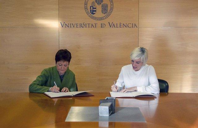 La rectora de la UV, M. Vicenta Mestre, y la directora ejecutiva d'Arthex, Beatriz Llamusí,