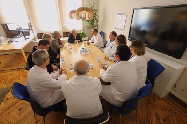 El presidente de la Generalitat, Quim Torra, se reúne con el equipo médico del Hospital Vall d'Hebron para seguir la evolución de los heridos en Tarragona, el 15 de enero de 2020.