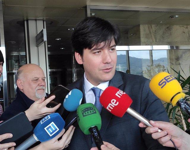 El Consejero de Ciencia, Borja Sánchez, atiende a los medios.