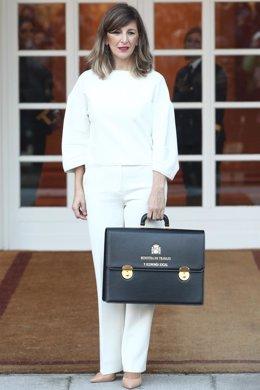 La ministra de Trabajo, Yolanda Díaz, posa con la cartera de su ministerio