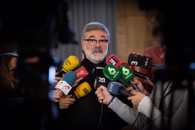 El diputado de la CUP en el Parlament, Carles Riera ofrece declaraciones a los medios de comunicación durante la celebración de una sesión plenaria en el Parlamento, en Barcelona (España), a 11 de diciembre de 2019 (ARCHIVO).