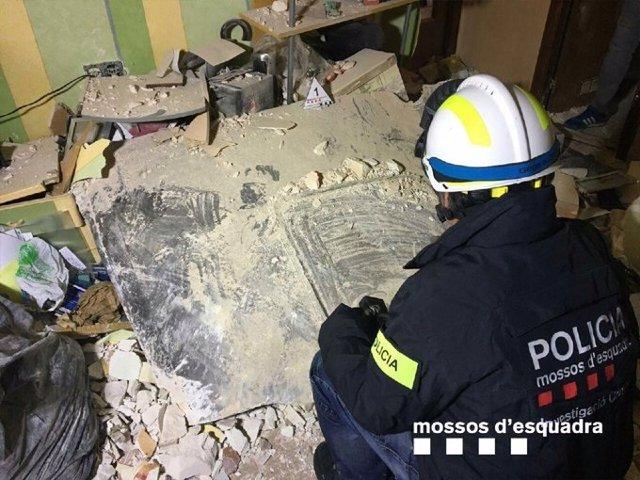 Una placa metálica golpeó el edificio del vecino que murió en Tarragona tras la explosión, el 14 de enero de 2020.