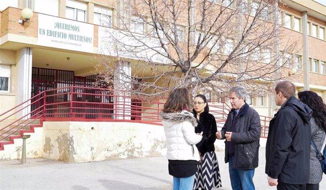 El portavoz de Cs en las Cortes de Aragón, Daniel Pérez Calvo, y otros miembros de este partido se reúnen con representantes del Colegio de Educación Infantil y Primaria 'La Fuenfresca' de Teruel.
