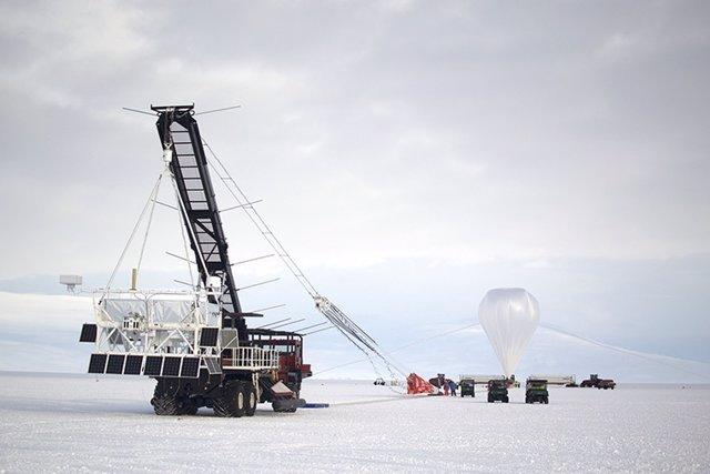 Un globo gira sobre la Antártida buscando el origen de rayos cósmicos