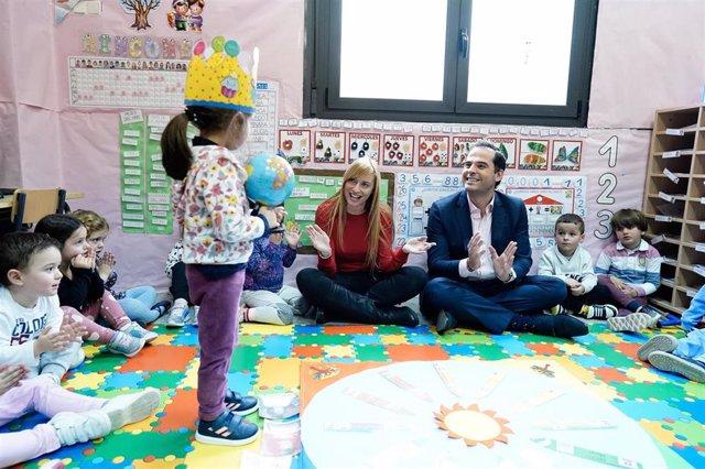 El vicepresidente de la Comunidad de Madrid, Ignacio Aguado, visita el aula impartida por Patricia del Valle, la docente galardonada como mejor profesora de España.
