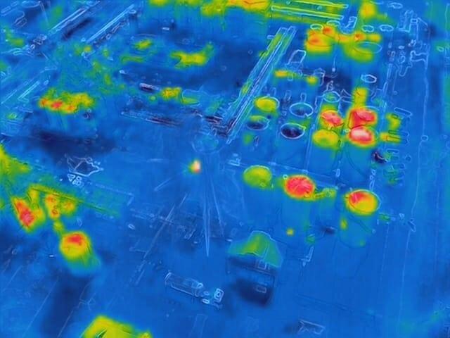 Imagen térmica captada por un dron de Mossos d'Esquadra en la zona de la explosión en el polígono petroquímico de La Canonja (Tarragona).