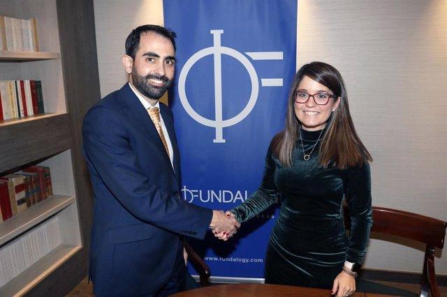 Acuerdo firmado entre el director general de Fundalogy, Javier de Pro, y la CEO y fundadora de FIIXIT, Raquel Serrano