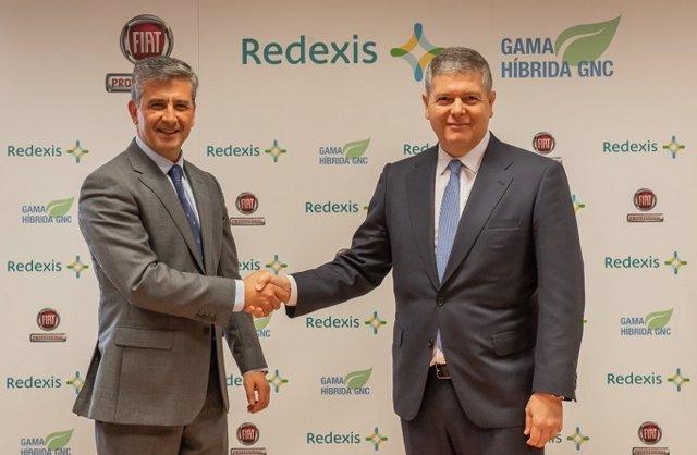 El consejero delegado de FCA España y Portugal, Alberto de Aza (i) y el presidente de Redexis, Fernando Bergasa (d), firman un acuerdo para el fomento de la movilidad sostenible con gas natural vehicular.