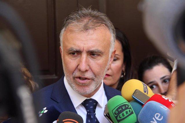 El presidente de Canarias, Ángel Víctor Torres, atiende a los medios de comunicación