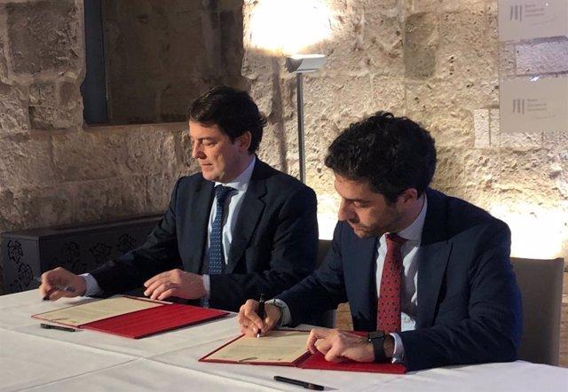 Rúbrica del II PLan de Crecimiento Innovador. El presidente de la Junta, Alfonso Fernández Mañueco, y el presidente de Empresa Familiar, César Pontvianne.