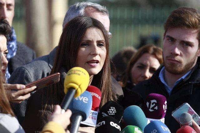 La portavoz del Grupo Ciudadanos en el Parlamento de Cataluña, Lorena Roldán, ofrece declaraciones a los medios a su llegada al Centro de Comando de Bomberos en La Canonja (Tarragona) tras la explosión de ayer en la planta petroquímica, en Tarragona/Catal