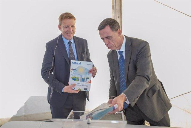 El director Desarrollo Generación de Naturgy, Carlos González, y el delegado de Naturgy Renovables en Canarias, Sergio Auffray, ponen la primera piedra del Parque Eólico de Puerto del Rosario