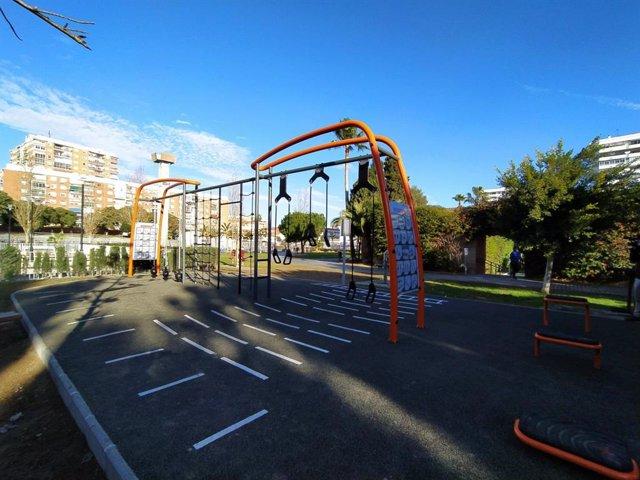 Instalación de entrenamiento al aire libre (cross training) en el Parque del Oeste de Málaga capital con aparatos y códigos QR para realizar tablas de ejercicios
