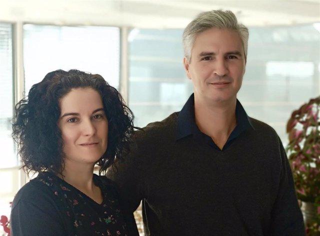 La investigadora del Instituto de Ciencia de Materiales de Aragón, Raluca Maria Fratila, y el socio fundador y director de I+D de NanoScale Biomagnetics, Nicolás Cassinelli.