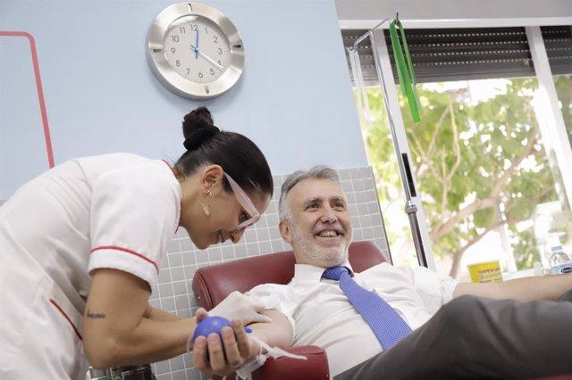 El presidente del Gobierno de Canarias, Ángel Víctor Torres, dona sangre