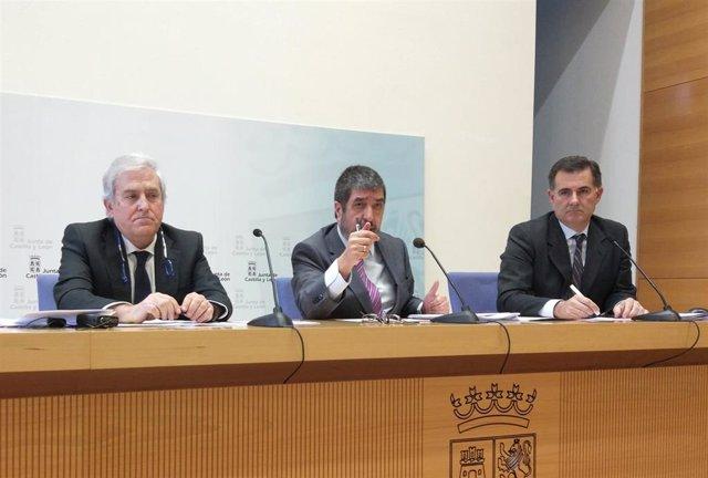 Mitadiel (centro) con Montero (a su derecha) y Garmendia presenta los datos de las listas de espera.
