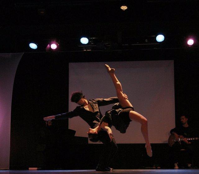 Málaga.- David Segura fusiona danza clásica y urbana con sus zapatos de bailarín en la Sala Gades