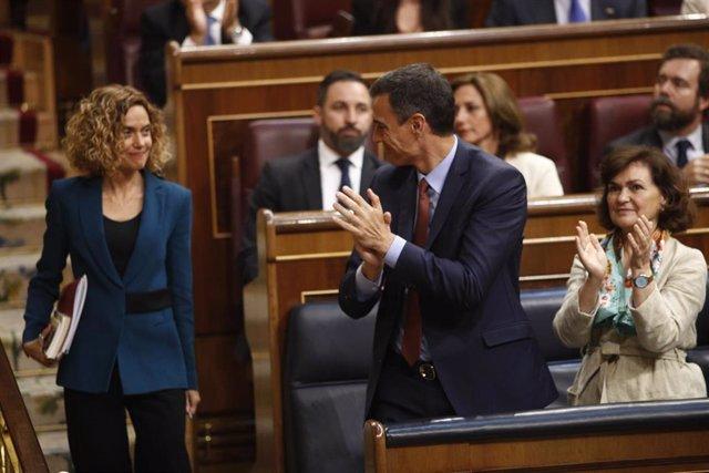 El presidente Pedro Sánchez aplaude a Meritxell Batet tras ser elegida presidenta del Congreso