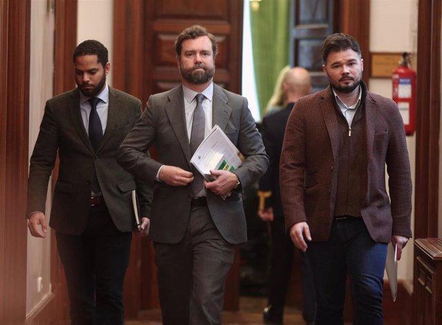 El diputado del VOX, Igancio Garriga, el portavoz VOX en el Congreso, Iván Espinosa de los Monteros y el portavoz adjunto de Esquerra Republicana (ERC), Gabriel Rufián, a la salida de la Junta de Portavoces