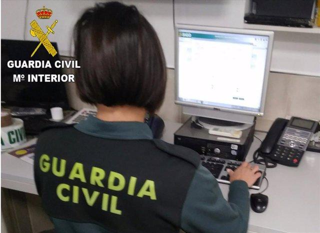 Una agente de la Guardia Civil