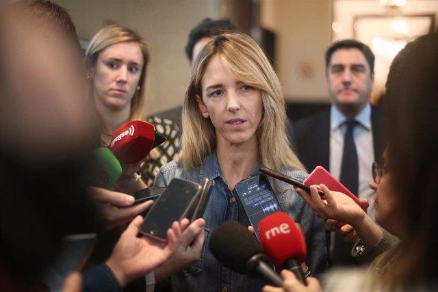 La portavoz del Partido Popular en el Congreso, Cayetana Álvarez de Toledo, atiende a los medios de comunicación a la salida de la Junta de Portavoces del Congreso de los Diputados, en Madrid (España), a 15 de enero de 2020.