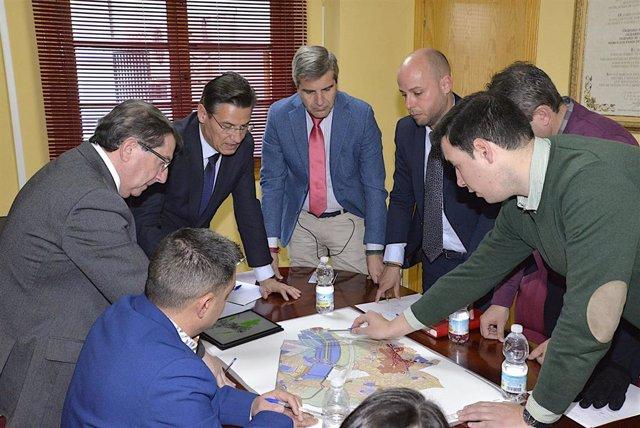 Imagen de la reunión mantenida por el alcalde de Granada, Luis Salvador, y el alcalde de Ogíjares, Estéfano Polo
