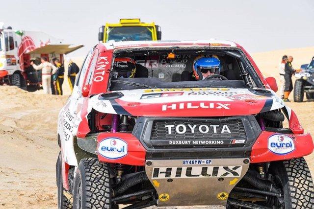 Fernando Alonso, con su coche dañado en el Dakar