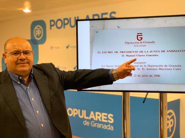 El portavoz del grupo popular en la Diputación, José Robles, muestra la placa en el edificio de la Diputación de Granada