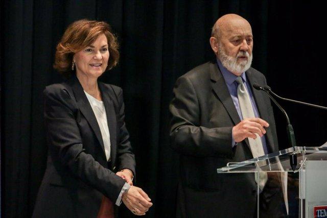 (I-D) La vicepresidenta del Gobierno en funciones, Carmen Calvo, y el director de la Revista Temas, José Félix Tezanos, durante la presentación del número 300 de la Revista Temas en la Sala Valle Inclán del Círculo de Bellas Artes de Madrid.