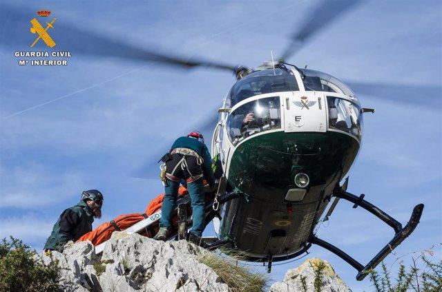 Un momento del rescate de la montañera polaca.