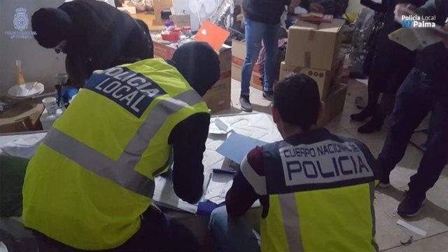 Agentes de la Policía Nacional y Local en un momento del operativo.