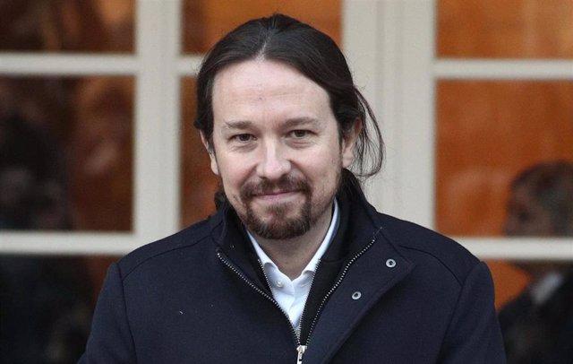 Pablo Iglesias posa en La Moncloa con su cartera de vicepresidente segundo del G