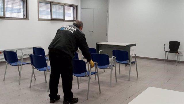 Un policía en la comisaría de Son Gotleu.