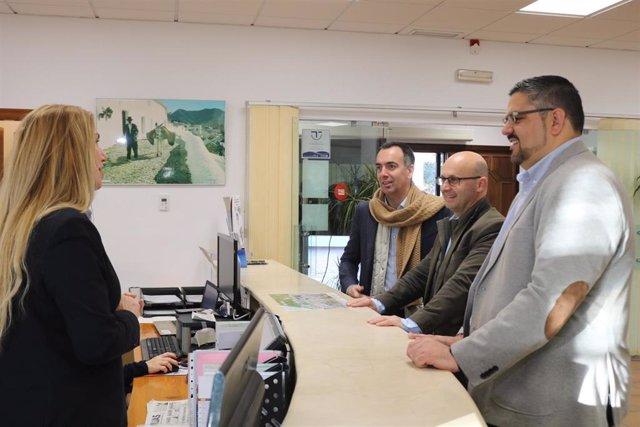 El alcalde de Mijas, Jose González, a la izquierda, junto a los ediles de Turismo y Deportes del municipio malagueño