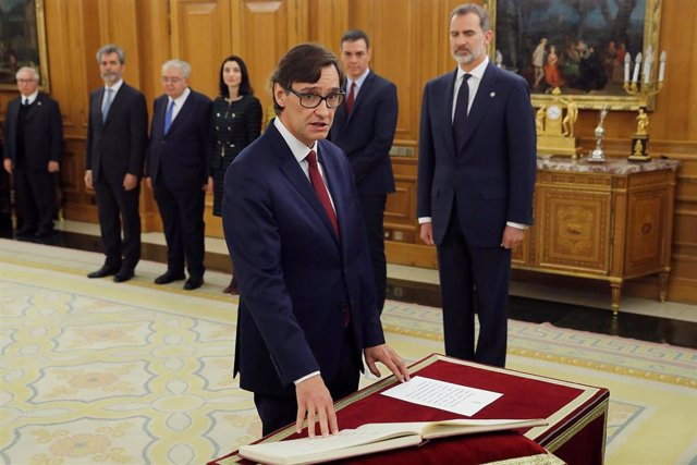 El nuevo ministro de Sanidad, Salvador Illa, jura o promete su cargo ante el Rey Felipe VI, en el Palacio de la Zarzuela de Madrid, a 13 de enero de 2020.