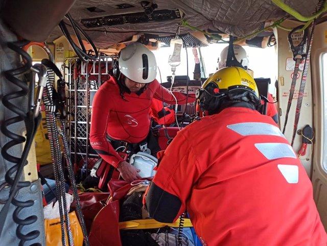 Evacuado en helicóptero un hombre herido tras precipitarse de su tractor en Castro Urdiales