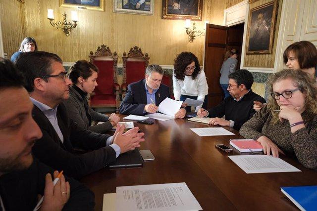 L'alcalde de Tarragona, Pau Ricomà (presideix la taula), durant una junta de portaveus que ha convocat per parlar de l'explosió a la planta petroquímica de la Canonja (Tarragona) i aportar tota la informació de la qual disposa l'Ajuntament de la ciutat.