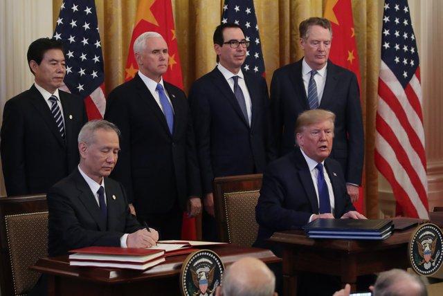 Firma de la 'Fase 1' del acuerdo comercial entre Estados Unidos y China. En la foto, el presidente de Estados Unidos, Donald Trump, y el vice primer ministro chino, Liu He