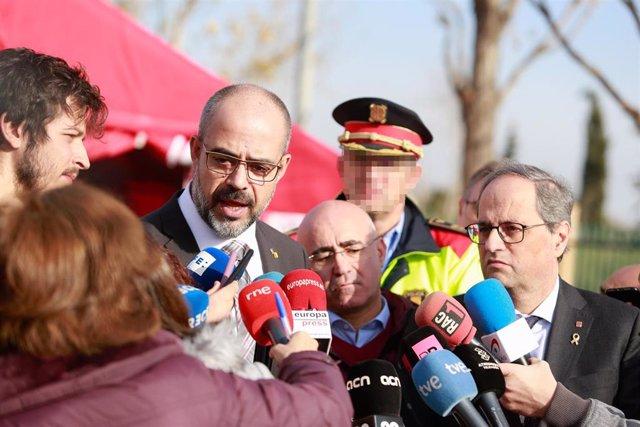 El conseller de Interior de la Generalitat, Miquel Buch (1i); y el presidente de la Generalitat, Quim Torra (1d), ofrecen declaraciones a los medios durante su visita al Centro de Comando de Bomberos en La Canonja (Tarragona) a 15 de enero de 2020.