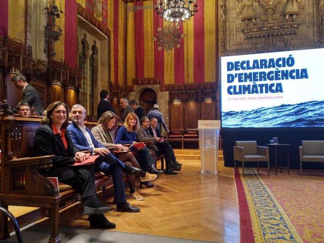 Ada Colau y miembros dell consistorio en el acto de declaración de emergencia climática de Barcelona