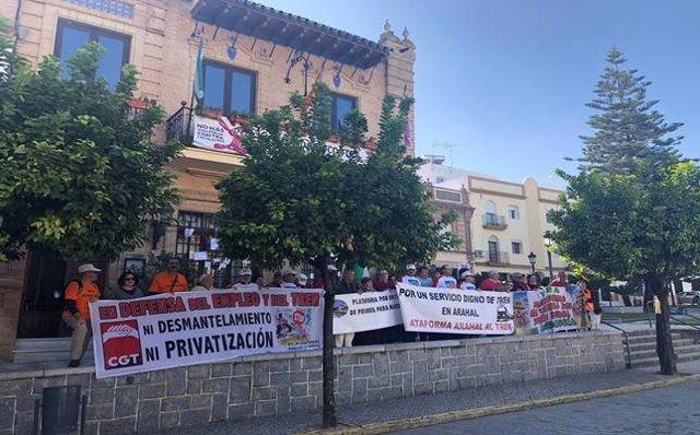 La Plataforma por el Tren Rural Andaluz ante Ayto. De Paradas (Sevilla) en una de las etapas de la Marcha.