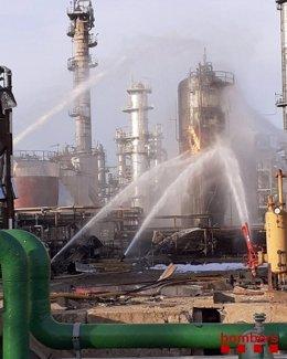 Imatge de les vies d'aigua dels bombers per enfríar el tanc d'òxid de propilè afectat en l'empresa de La Canonja, Tarragona, el 15 de gener de 2020.